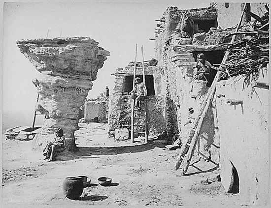 Pueblo Hopi, por John K. Hillers [Dominio Público], via Wikimedia Commons