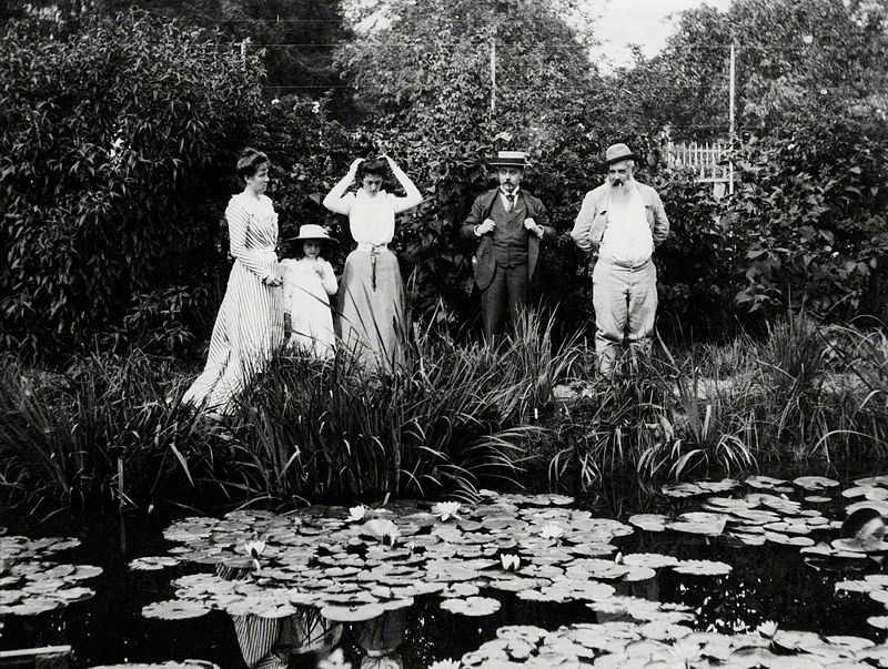 Germaine Hoschedé, Lili Butler, Mme Joseph Durand-Ruel, Georges Durand-Ruel and Claude Monet at Giverny in 1900. Probably a photograph by Joseph Durand-Ruel. Durand-Ruel Archives.