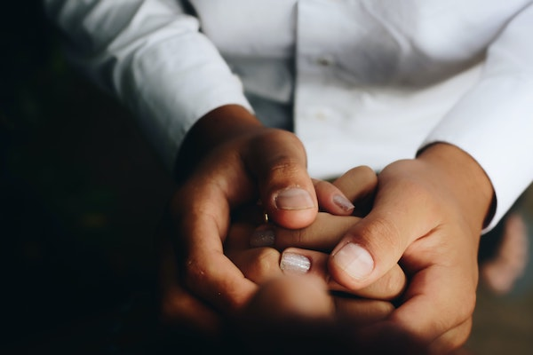medico y paciente cogiéndose de las manos