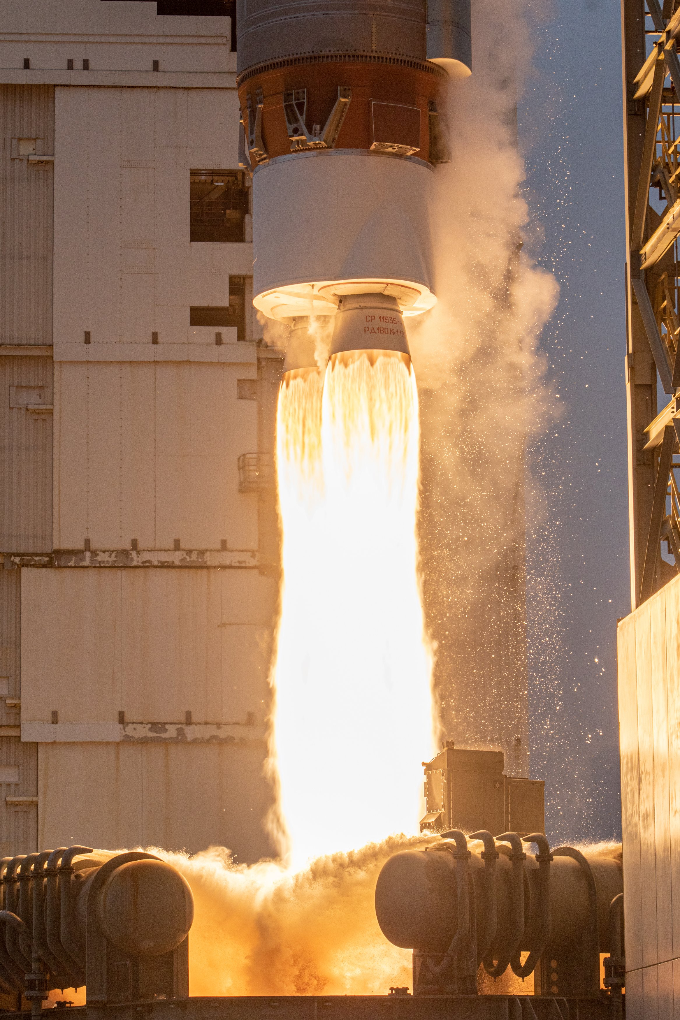 Imaginea 1: Motorul RD-180 al rachetei Atlas V, în timpul lansării satelitului Landsat-9. Sursa: United Launch Alliance.