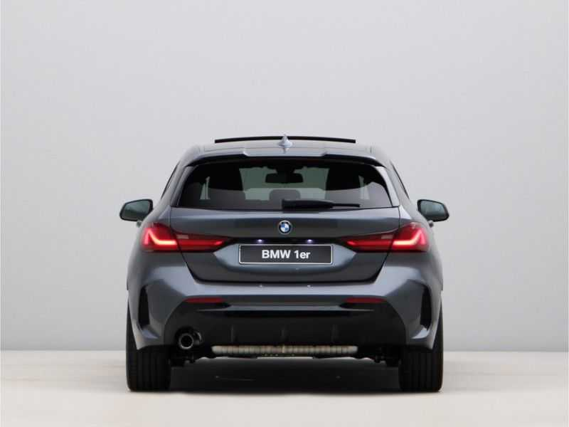BMW 1 Serie 118i High Exe. M-Sport afbeelding 3