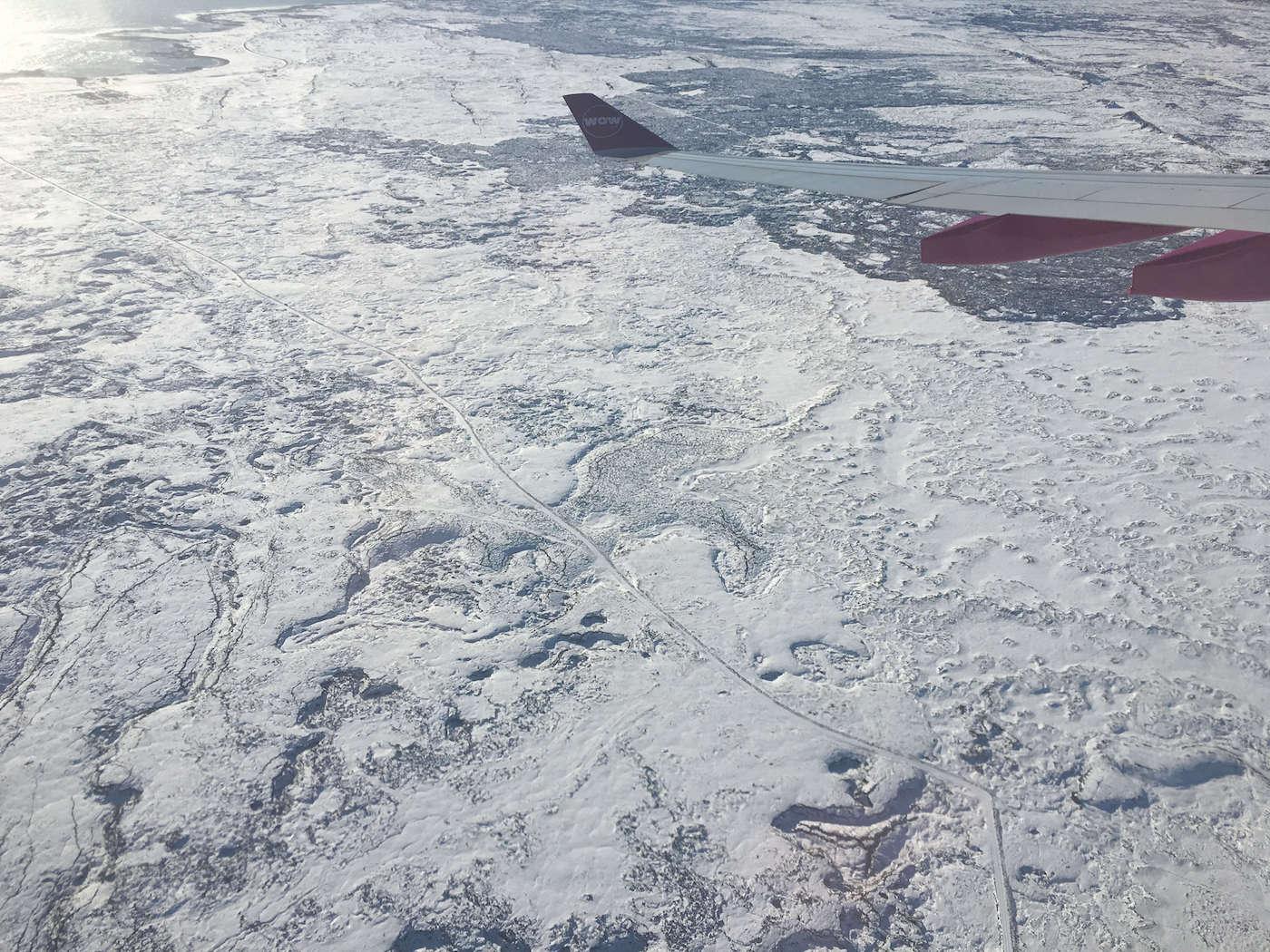 Vista de Iceland através da Janela do avião, o país todo branco de neve