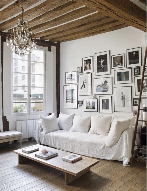 Salon cosy avec canapé blanc