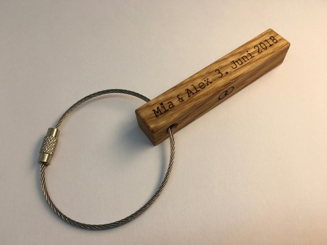 Ein persönlicher Schlüsselanhänger ist eine bleibende Erinnerung an einen ganz besonderen Tag.