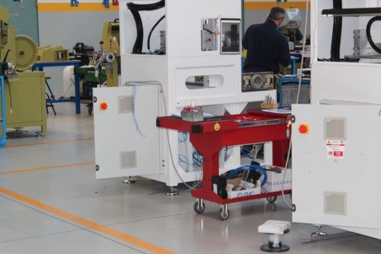 Superficie in resina dotata di segnaletica orizzontale all'interno di un'industria meccanica.