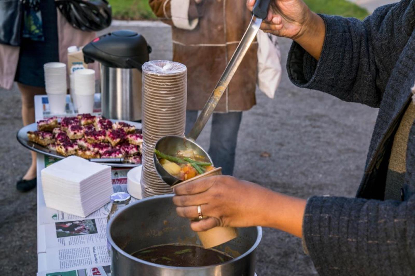 Partizaning Maunula, Ali Akbar Mehta and Vidha Saumya making soup, 2017, photo: Vesa Pekka Gronfors