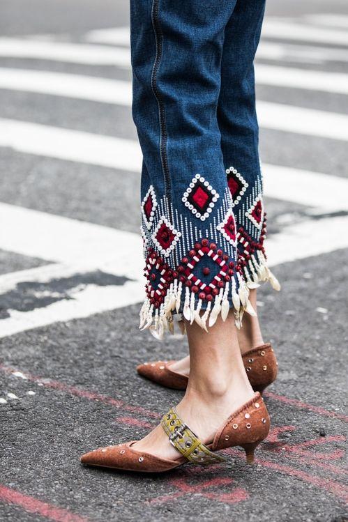 Bas de jeans à ornements bohèmes brodés