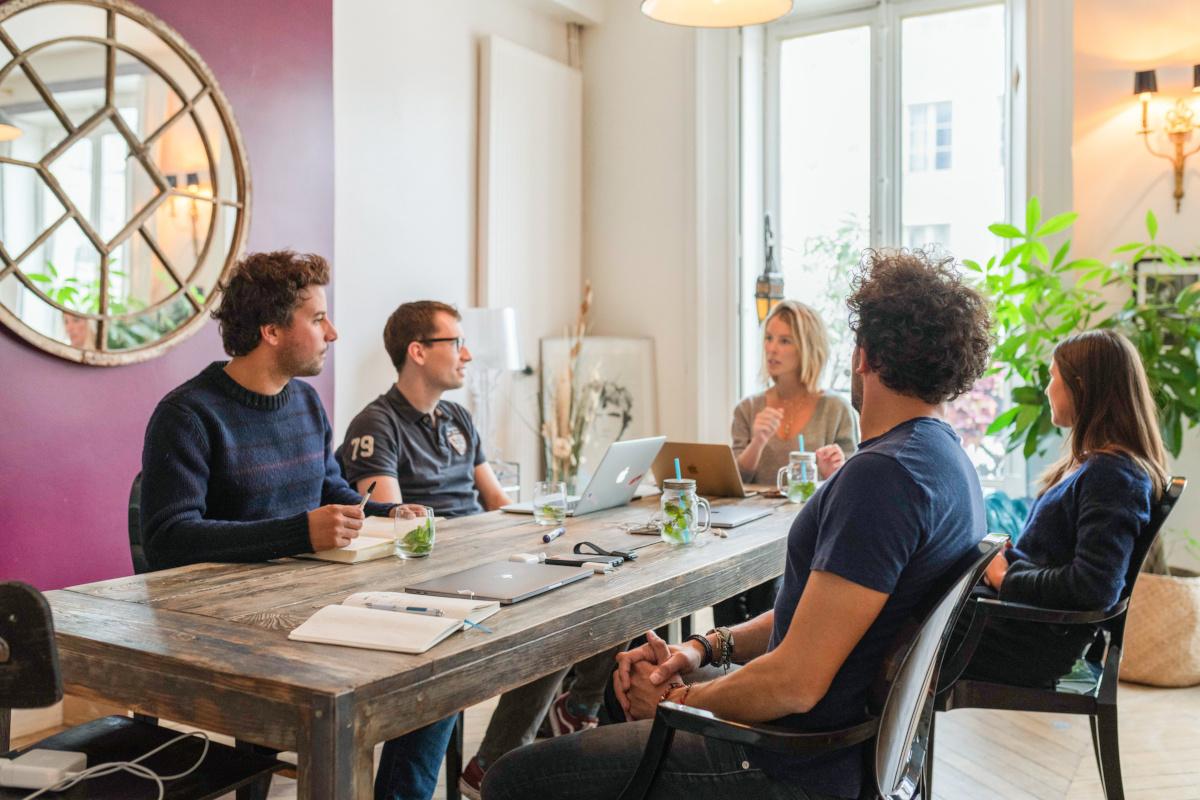 L'équipe Tilli autour d'un table