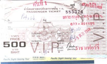 """Das Immigration-Office habe ich nicht gefunden. Interessanterweise wusste auch niemand in Nathon, dass es eines geben solle. Feinfein, steht also noch eine Reise nach Surrat Thani an. Dafür habe ich eine Fahrkarte nach Bangkok gekauft. Eigentlich wollte ich eine 1. Klasse-Aircondition-Fahrkarte, man sagte mir aber lächelnd, dass da kein Platz mehr frei sei und ich doch mit dem 350"""" /> teureren V.I.P.Bus fahren soll. Nagut. Ich habe mich also über den Tisch ziehen lassen (dicke Farangs die ihren eigenen Dolmetscher mitbringen haben doch immer Geld), meinen Namen auf der V.I.P.Liste eingetragen (gleich unter der Liste für die erste Klasse, in der noch 50% der Plätze frei waren) und lustige Monopoly-Fahrkarten bekommen (siehe Photo). Für gut 850 THB bekommt man je eine 500-, 200-, 20- und 5-Baht-Fahrkarte, einen Food & Beverage Coupon (bin gespannt, was man mir dann andrehen wird --- beim Visarun gabs schlabbriges Weissbrot) und die Karten für die Fähre.   Am Sonntag gegen 16:30 Uhr wird mein V.I.P.-Bus mich dann gen Krungthep Mahanakhon führen, wo ich evtl. gegen 4 Uhr früh ankomme. Zeit genug, um das Nachtleben zu genie?en bis die Botschaft aufmacht. Da ich immer noch in Deutschland gemeldet bin, darf ich dann gleich mal 69 statt 29 Euro abdrücken, weil die Botschaft natürlich nachprüfen muss, ob ich wirklich existiere. Die Beantwortung dieser eher metaphysischen Frage ist ebenso relativ wie diese Geldbeträge. Ich sage nur Schroedinger. Naja.  Mal sehen, wieviel Zeit ich für Sightseeing und solchen Kram habe, denn gegen 20 Uhr am Montag dürfte mein Bus schon wieder zurückfahren. Wobei es naürlich auch sein kann, dass ich den verpasse oder keinen Platz bekomme. Was schade wäre. Denn wer will schon in Bangkok ein Zimmer mieten, das Nachtleben infiltrieren und Shoppen gehen. _Ich_ sicher nicht.  Ich werde berichten."""