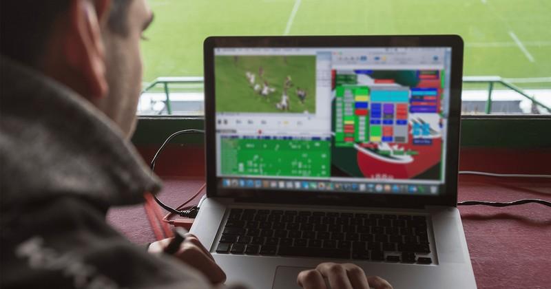 ノート PC で Hudl ダッシュボードでパフォーマンスのスタッツを分析するサイモン・バブアー