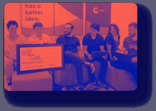 Parker Treacy, fundador e CEO da Cobli, e Rodrigo Mourado, diretor executivo, recebem prêmio do Harvard New Venture Competition