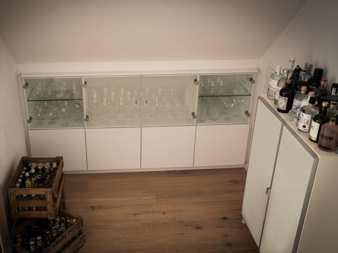 Der Barschrank von RUPPERTdesign besticht durch eine weiße Oberfläche, Glastüren und LED-Beleuchtung.