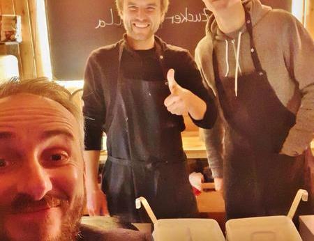 Jan Böhmermann macht ein Selfie vor einem holzverkleideten Food Truck mit zwei Catering-Mitarbeitern