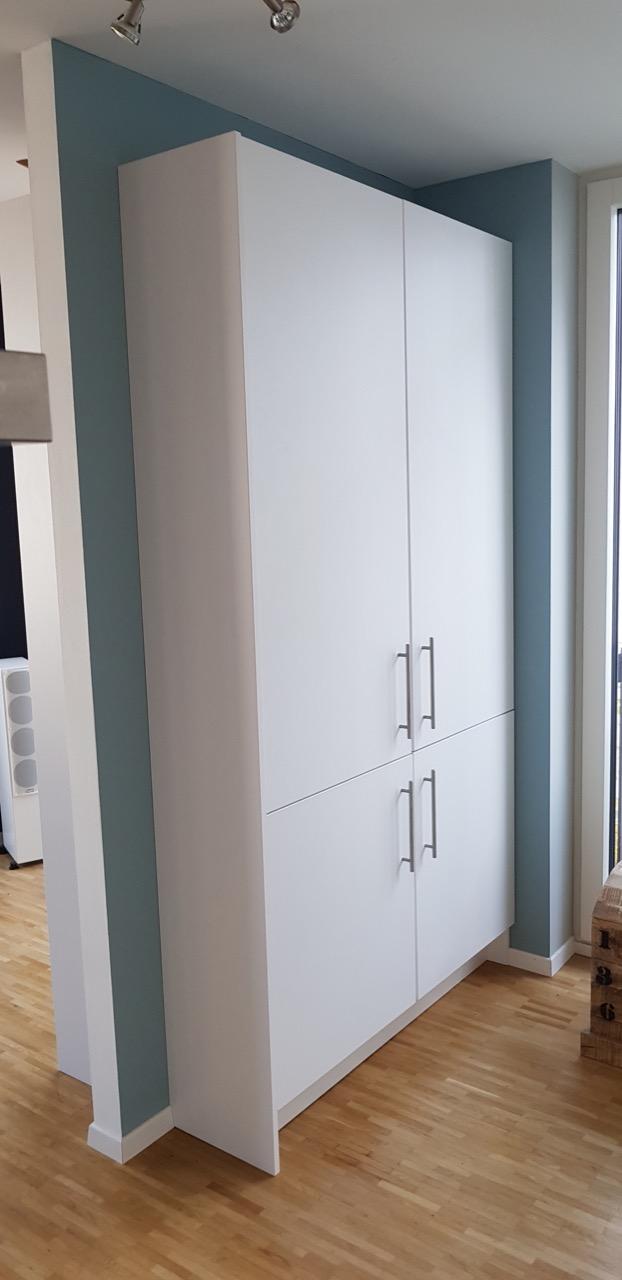 Raumteiler mit Küchenschrank.