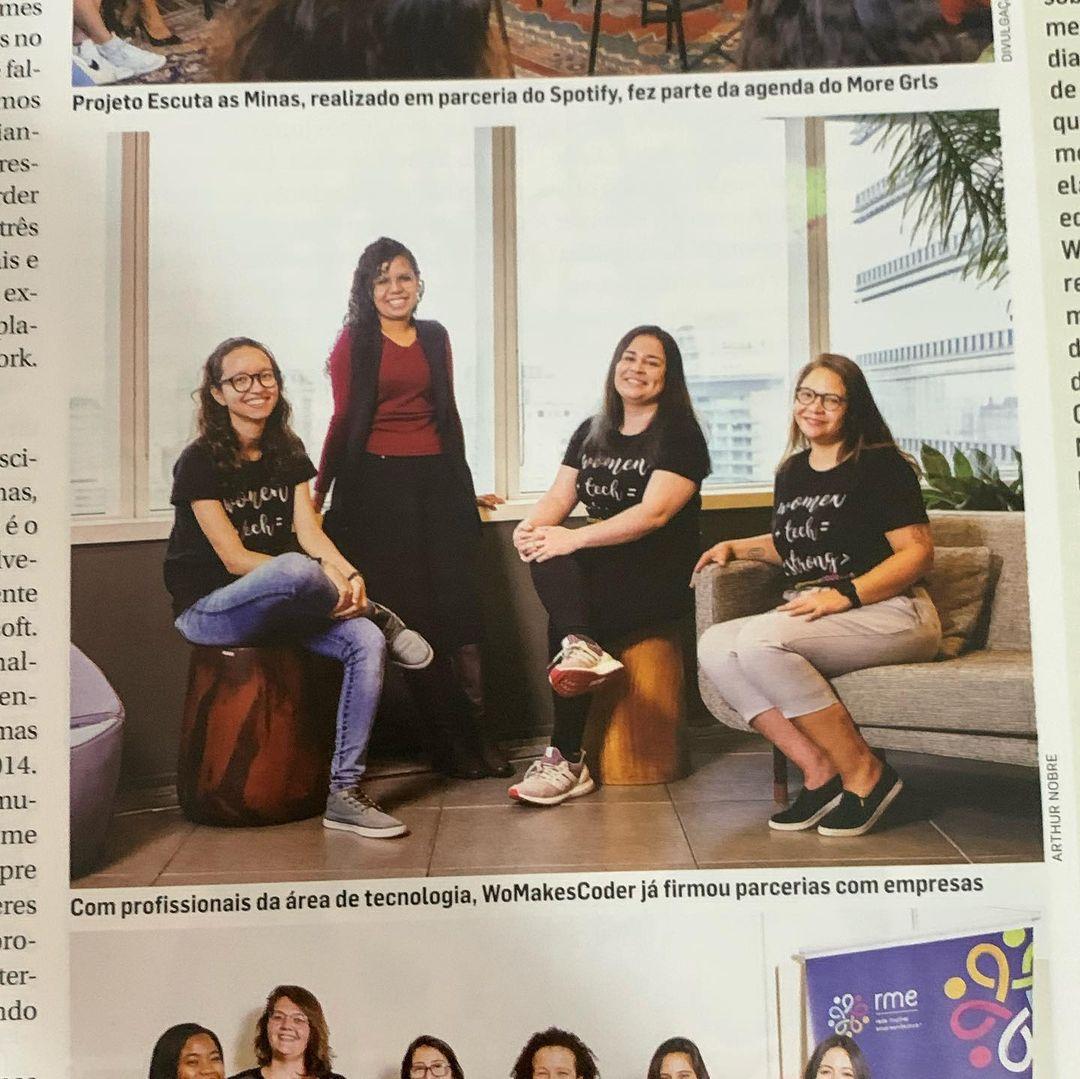 Foto do Jornal Impresso Meio & Mensagem, destacando a foto de 4 mulheres da comunidade WoMakersCode