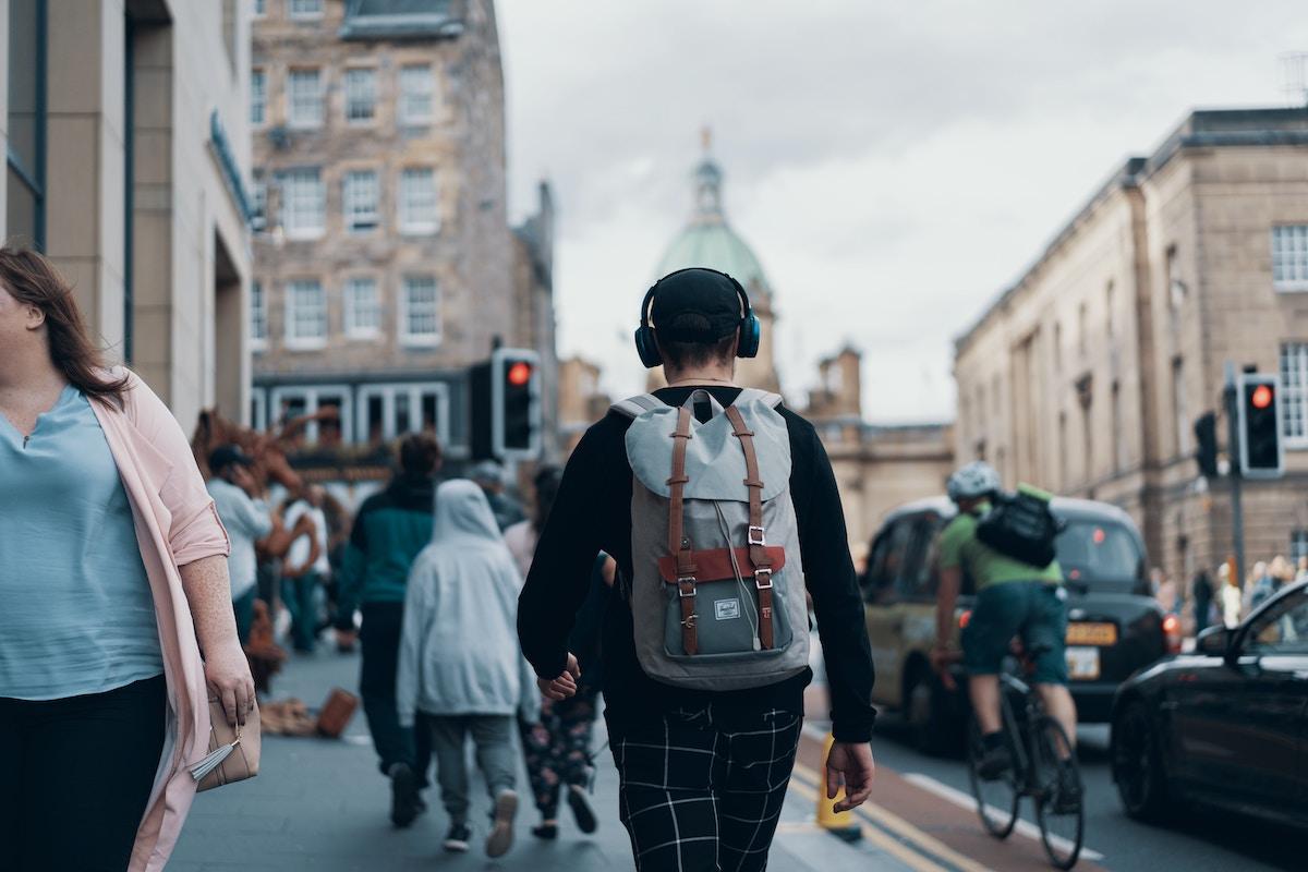 adolescente con auriculares por la calle