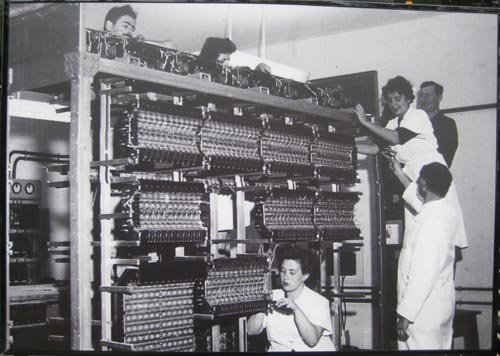 Thelma Estrin and her team working on the WEIZAC computer mainframe. Credit: the Computer History Museum