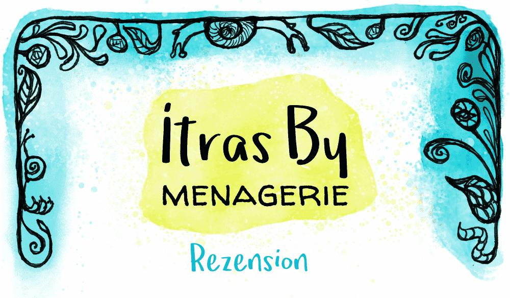 Titelbild für die Rezension von Itras By Menagerie, bestehend aus einem verschnörkelten gezeichneten Rahmen und wasserfarbakzenten plus einem Titelschriftzug in der Mitte