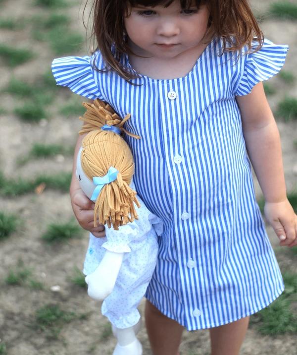 Robe de petite fille créée à partir d'une chemise d'homme