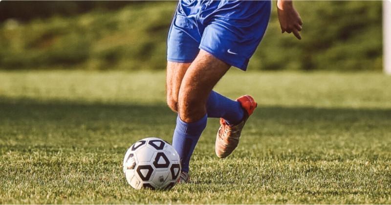 サッカー選手のドリブル