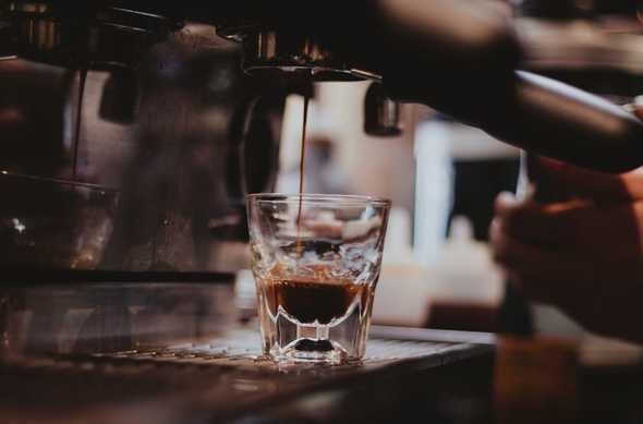 kop koffie onder koffiezetapparaat