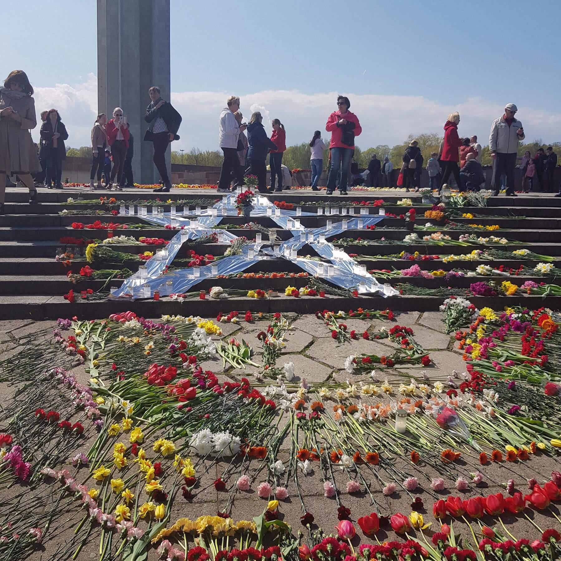 Несмотря нарекомендацию властей невыходить 9мая кПамятнику Освободителям, люди буквально усыпали площадь перед памятником цветами. Фото: Елена Смехова