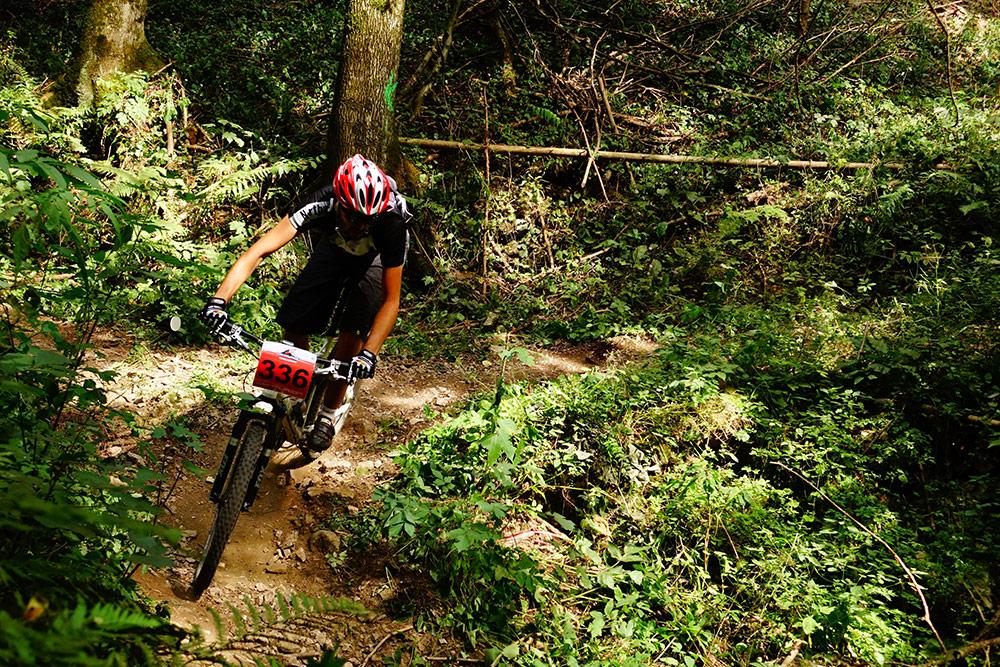 Thomas Hochörtler fährt mit dem Mountainbike durch den Wald