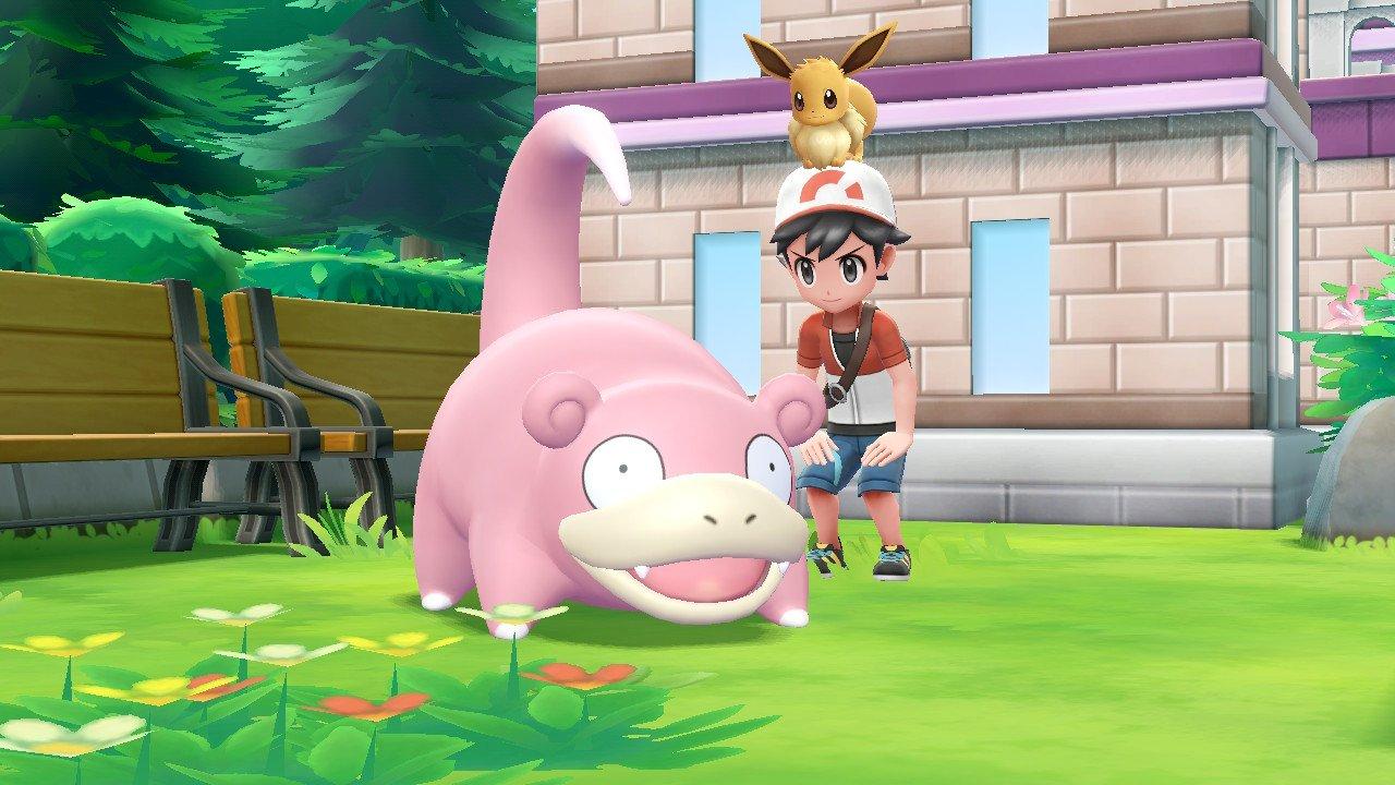 Treinador Pokémon e Eevee observam um Slowpoke