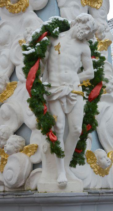 Die Statue des Heiligen Sebastian an der Dreifaltigkeitssäule auf dem Lengfurter Marktplatz