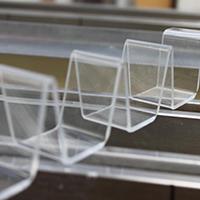 Piegatura termina di una lastra di plexiglas