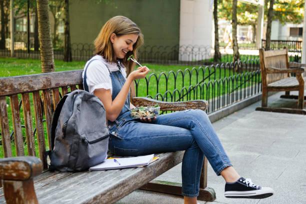 Estudiante que tiene un almuerzo saludable
