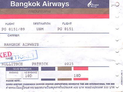 """### Am Anfang war Regen  Als ich auf Samui landete, regnete es. Nicht """"nur mal 5 Minuten"""" wie alle immer behaupteten, sondern gleich richtig. Meine Sachen waren noch eine Woche lang muffig. Mein Magen versuchte während des Fluges von Bangkok nach Koh Samui die thailändische Variante eines Eiskaffees zu verkraften (äu?erst unempfehlenswert). Es war ein Sonntag. Ich war seit 24 Stunden unterwegs, erst von Hamburg nach München, von da nach Bangkok und weiter hierher.   Durch den Regen merkte man nicht allzusehr, dass es warm war. Wir stiegen in ein Taxi und fuhren zum Haus des Chefs. Heute wei? ich ziemlich sicher, dass ich auf dieser Fahrt meinen """"Kulturschock"""" hatte. """"Damals"""" bin ich von Hoch zu Tief zum nächsten Hoch geschlittert. Gleich nach dem Airport kommt erstmal eine Art Vorort, in dem die Leute in Holzverschlägen mit Wellblech auf dem Dach hausen (heute würde ich sagen, sie leben da). Müll überall auf der Stra?e. Hunde. Mopeds. Hupen. Regen. Chaos. Jetlag war fast nicht vorhanden, dazu war ich viel zu durcheinander.   Die ersten Wochen waren dann Gegend kennenlernen und der Vorbereitung von Arbeitsplätzen gefüllt. Heute sind Büro und die Arbeitplätze fast fertig und es beginnt sich Struktur abzuzeichnen. Ich mag Struktur.   ### Wir sind hier in Thailand ...  ... da dauert alles etwas länger. Das hörte ich in den ersten Wochen ständig. Heute wei? ich, dass das nicht so ist. Es dauert nicht länger. Die nicht-Thais erwarten nur, dass alles so läuft und geschieht, wie sie es von """"zu Hause"""" gewohnt sind. Für die Thais dauert es so lange, wie es dauert, um fertig zu werden. Der Kunde ist zwar König, aber als König sollte man wissen, sich zu gedulden. Oder um es in einem thailändischen Sprichwort zu sagen: """"Rohen Reis kann man nicht essen."""" ?berhaupt gibt es viele Sprüche mit Reis und anderem Essen, denn das ist hier die Hauptsache ;)  Man geht in Thailand nicht mit einem Schlüssel zum Schlüssel-""""Kopierer"""". Man geht mit dem Schloss und dem Schlüssel, damit gleich ge"""