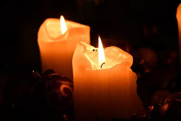 grote kaarsen die aan staan