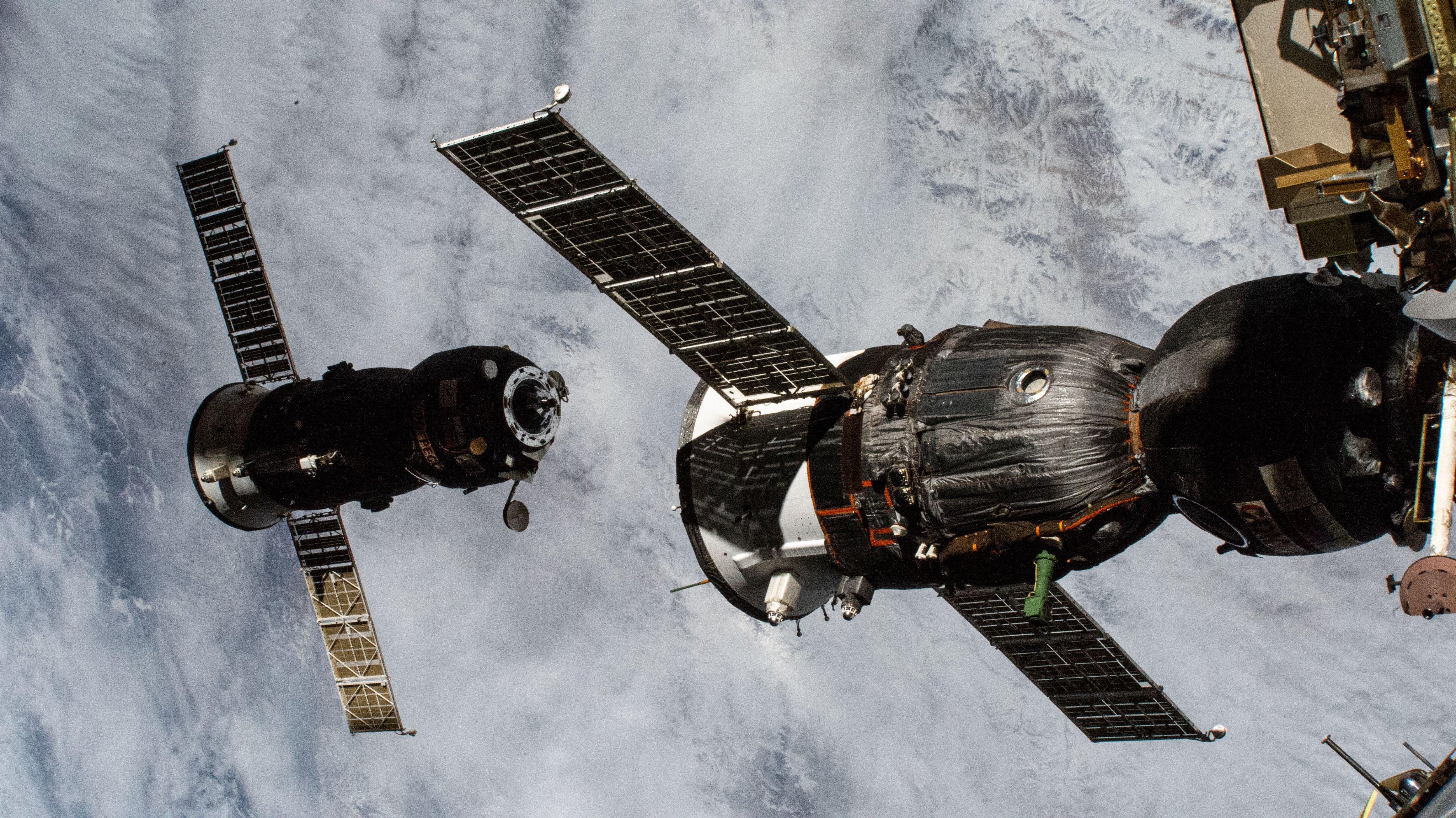 Imaginea 1: Nava cargo Progress MS-15 (fundal), la câteva minute după decuplarea de modulul Pirs al Stației Spațiale Internaționale (Sursa foto: NASA)