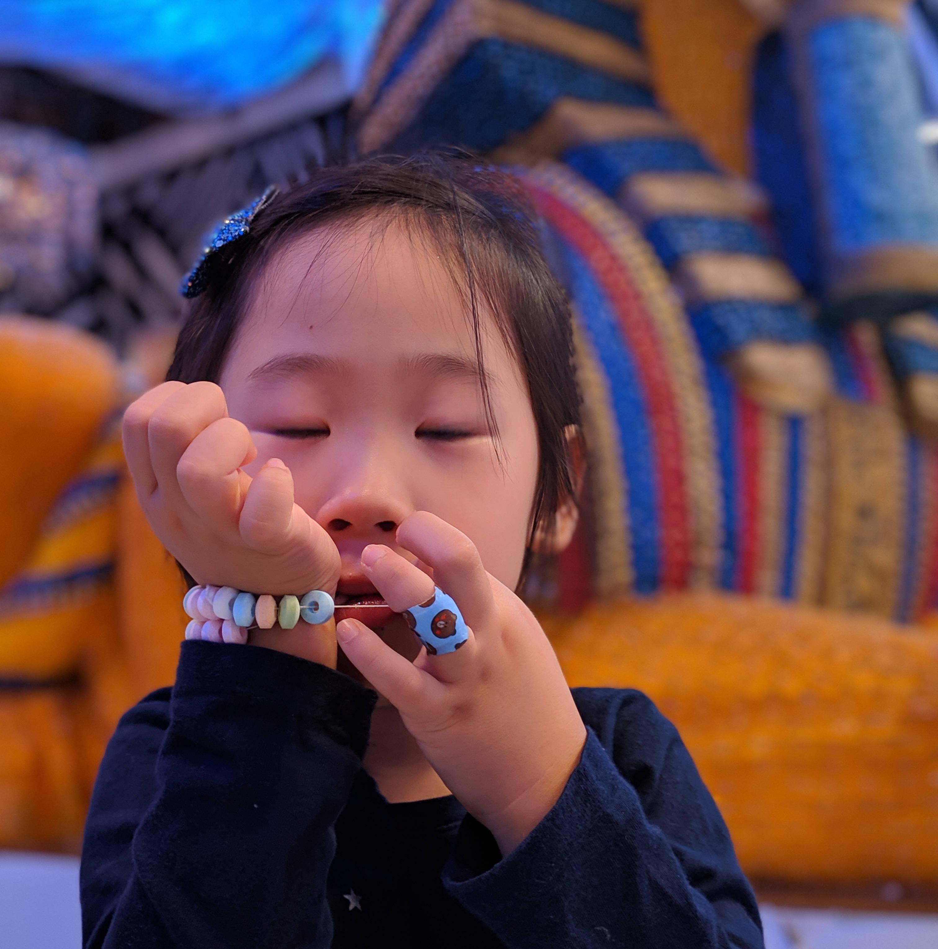 젤리곰 스핑크스 앞에서 그저 사탕 먹기 바쁜 개비정