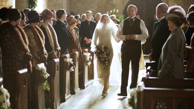 Лорд Грэнтем ведет Эдит к алтарю. Кадр из 6 сезона сериала «Аббатство Даунтон». Источник: pbs.org/wgbh/masterpiece/