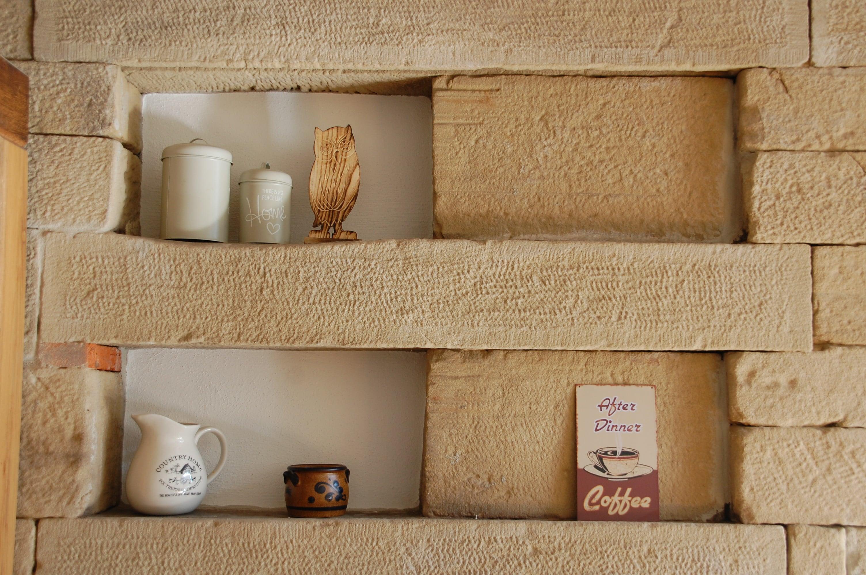 Sandsteinwand in der Wohnung mit Dekoration