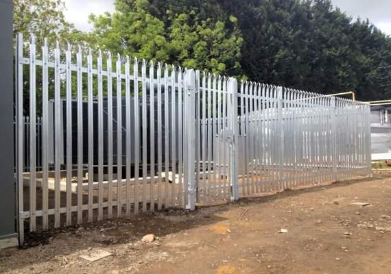 Palisade fencing in situ