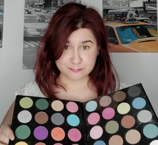mujer con paleta de sombras