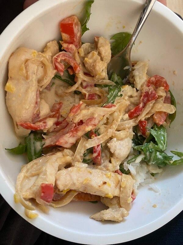 Kremet kyllingpanne med løk og paprika