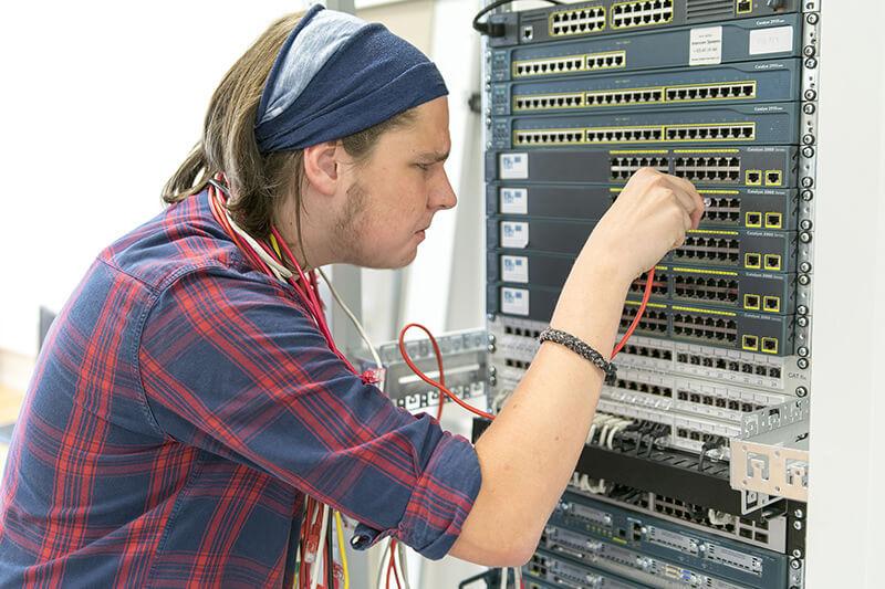 Žák napojuje kabely do počítačové sítě a neví jestli správně
