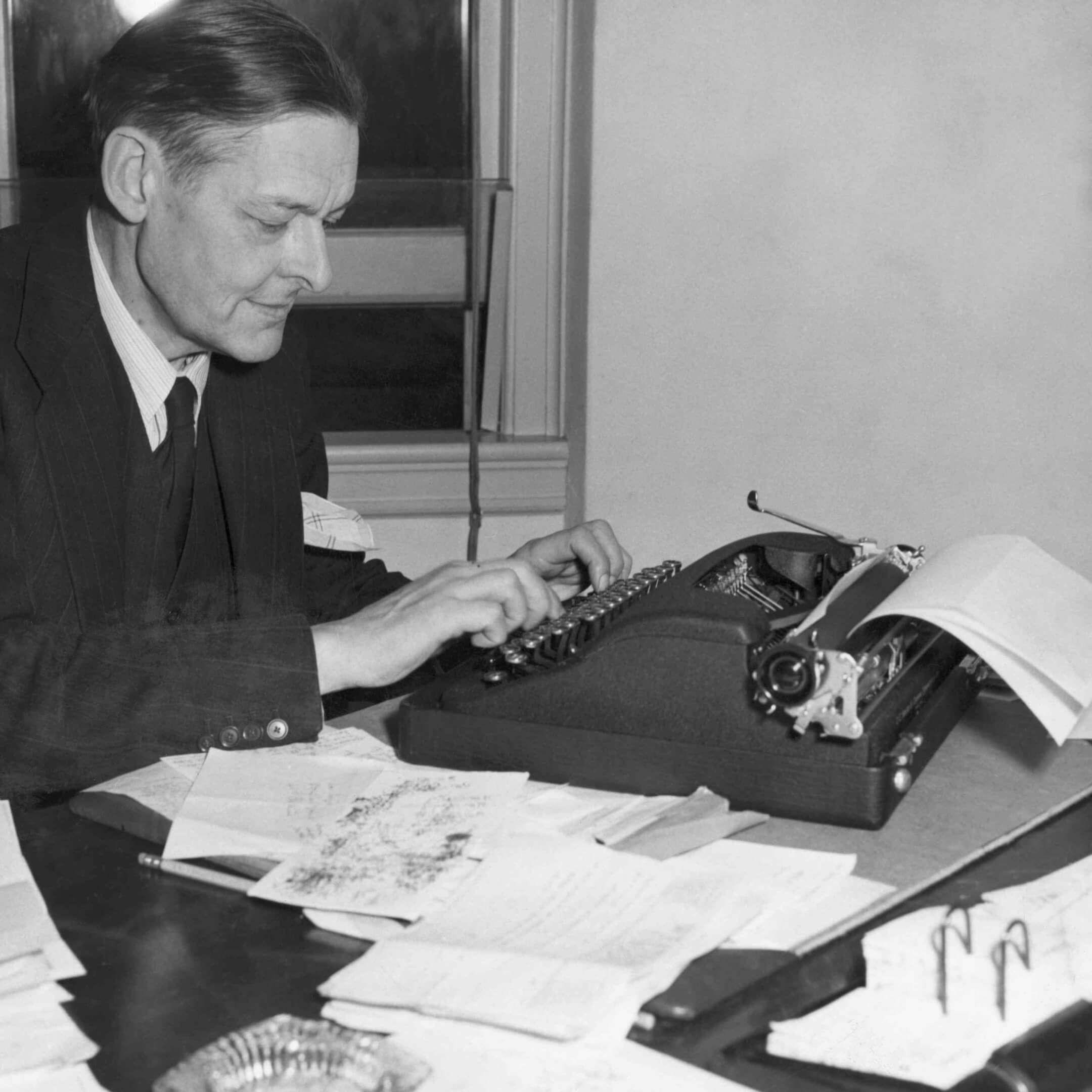 Томаса Стернза Элиота часто обвиняли вплагиате, начто онговорил: «Плохие поэты портят то, что они берут, ахорошие поэты превращают это во что-то лучшее или, покрайней мере, вочто-то другое». / Bettmann Archive thoughtco.com