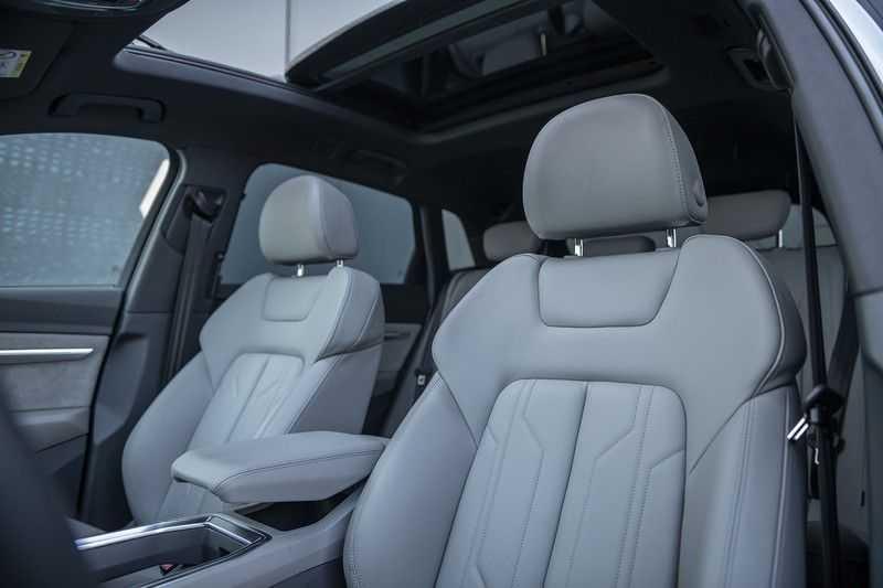 "Audi e-tron e-tron 55 quattro advanced Pro Line S 4% bijtelling!! DEC. 2018!! € 146,- netto bijtelling pm! Head-up + B&O etc. Tot januari 2024 4% bijtelling!! Prijs inclusief 22"" velgen afbeelding 17"