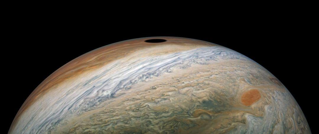Figure 1: Umbra lui Jupiter surprinsă de sonda Juno deasupra norilor lui Jupiter în 12 septembrie 2019 de la 8000 km depărtare de planetă, în timp ce aceasta se îndrepta spre cel 22-lea survol al misiunii (foto: NASA/JPL-Caltech/SwRI/MSSS/Kevin M. Gill, sursă: The Planetary Society)