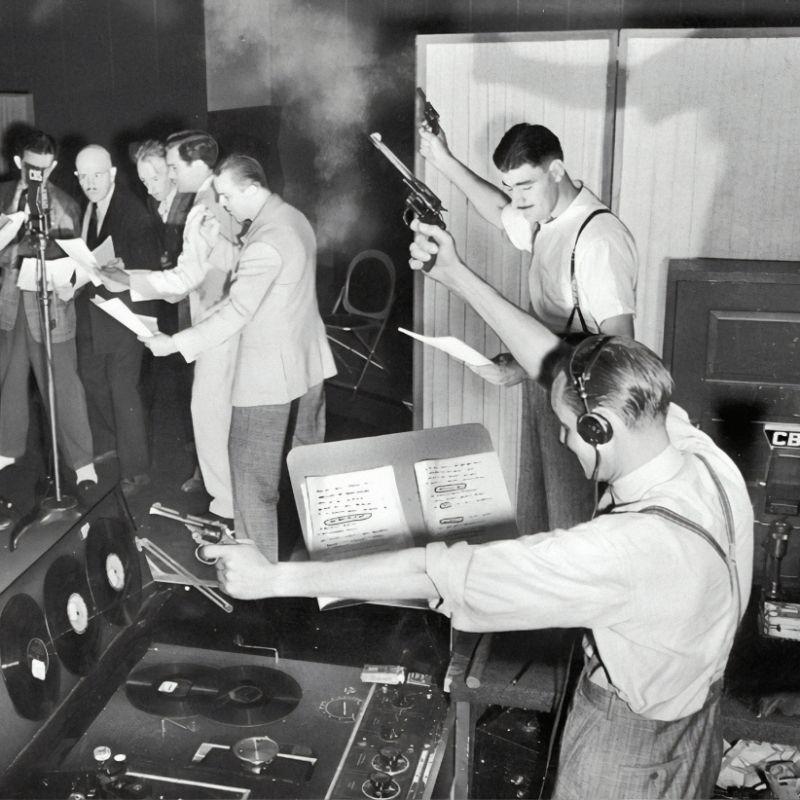 1930-е годы: запись популярного криминального сериала для радио. Источник: www.kwu.edu/event/timothy-burnss-live-radio-play-within-a-play-final-performance-april-25