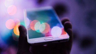 Kaffe och en iPhone med ett aktivt mobilabonnemang.