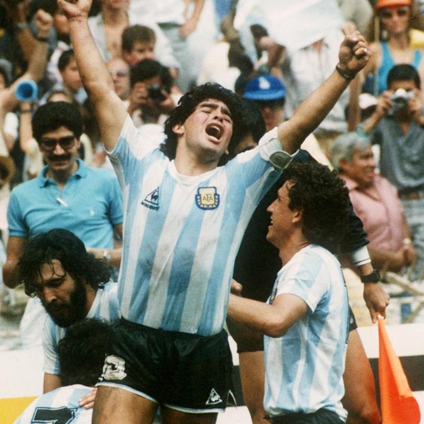 Диего Марадона празднует победу Аргентины над Германией вфинале чемпионата мира пофутболу 1986года