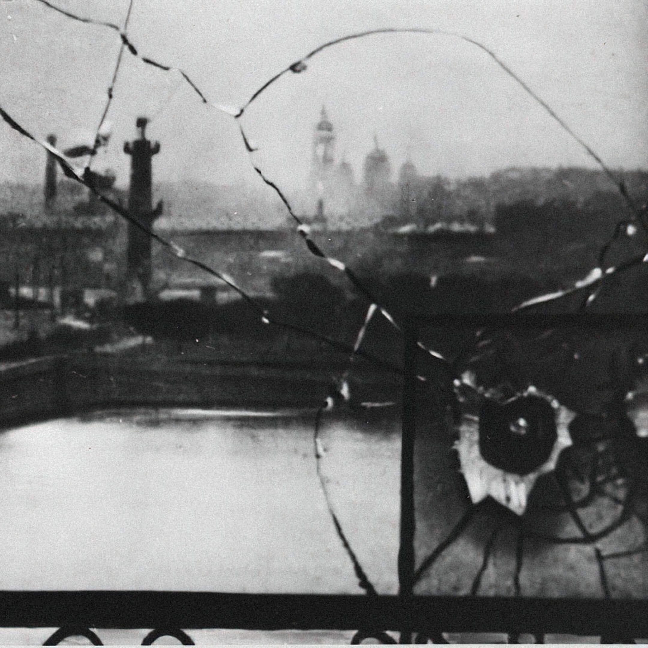 След отпули вокне Зимнего дворца, Санкт-Петербург, октябрь 1917. Фото: неизвестный автор, russiainphoto.ru