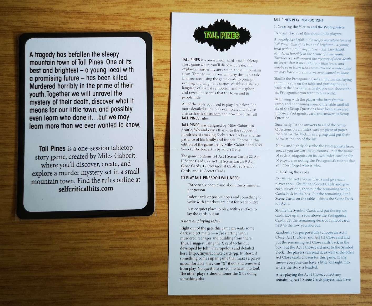 Die Anleitung des Spiels. Daneben zum Größenvergleich eine der Spielkarten, die einer gewöhnlichen Pokerkarte gleicht.
