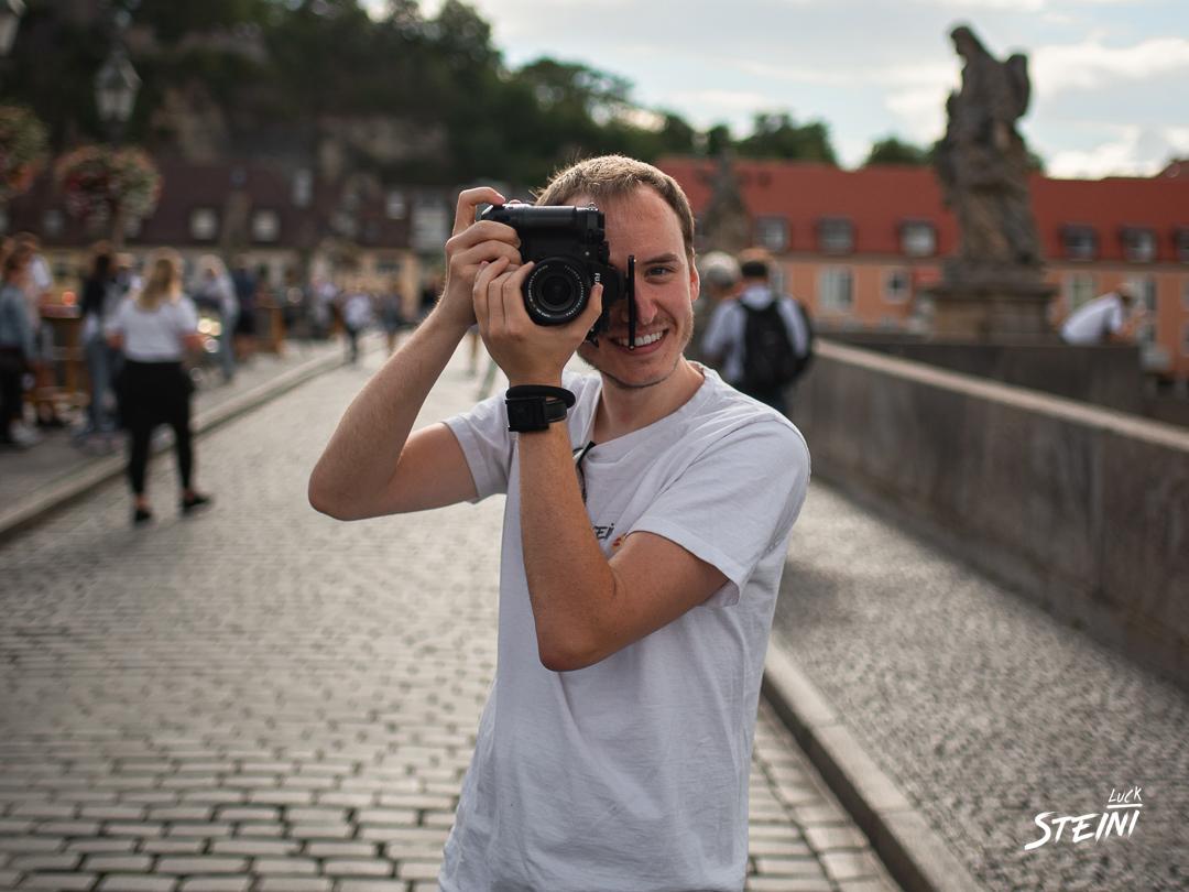 Steini aus Würzburg hält seine Kamera in der hand und Fotografiert